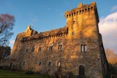 Construções majestosas do decano Castelo Torre no fim da tarde Sunlig fotografia de stock royalty free