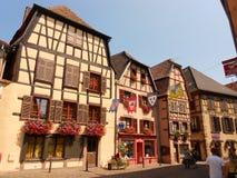 Construções metade-suportadas típicas em Ribeauvillé, Alsácia imagens de stock