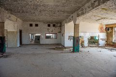 construções militares abandonadas na cidade de Skrunda em Letónia fotos de stock