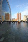 Construções modernas da arquitetura da reflexão de Rotterdam imagens de stock