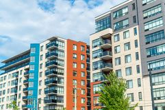 Construções modernas do condomínio com as janelas enormes em Montreal imagem de stock royalty free