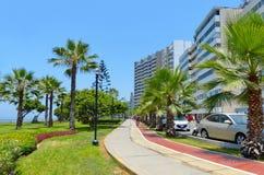 Construções modernas e área do parque ao longo do litoral em Lima, Peru imagens de stock royalty free