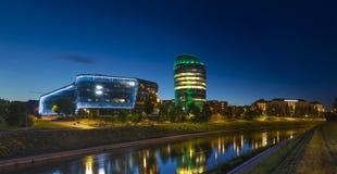 Construções modernas e velhas em um panorama bonito da noite de Vilnius fotos de stock royalty free