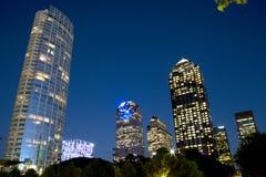Construções modernas na noite do centro de Dallas Foto de Stock Royalty Free