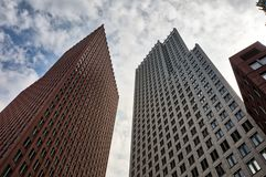 Construções modernas no centro da cidade de Den Haag, Países Baixos imagem de stock