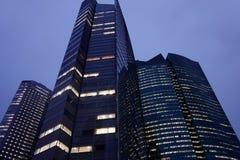 Construções modernas no Tóquio Prédios de escritórios na noite foto de stock
