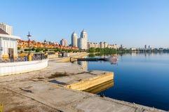Construções perto do rio de Dnieper em Kiev fotos de stock royalty free