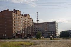 Construções multi-storeyed modernas com torre das telecomunicações atrás Imagem de Stock Royalty Free