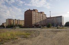 Construções multi-storeyed modernas com torre das telecomunicações atrás Foto de Stock