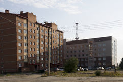 Construções multi-storeyed modernas com torre das telecomunicações atrás Fotografia de Stock