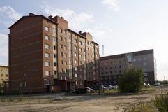 Construções multi-storeyed modernas com torre das telecomunicações atrás Fotos de Stock