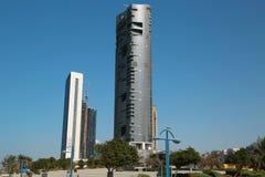 Construções na estrada de Corniche em Abu Dhabi, Emiratos Árabes Unidos foto de stock