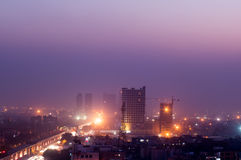 Construções no crepúsculo na Índia de Noida imagem de stock