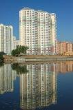 Construções novas sobre o céu azul do rio e do espaço livre no dia de verão Fotos de Stock