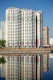 Construções novas sobre o céu azul do rio e do espaço livre no dia de verão Imagem de Stock