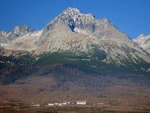 Construções pequenas sob o pico de Gerlach Fotografia de Stock
