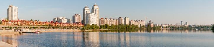 Construções perto do rio de Dnieper fotografia de stock