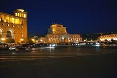 Construções, povos e carros no quadrado da república, Yerevan Imagens de Stock Royalty Free