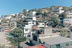 Construções que cobrem os montes na área central de Puerto Vallarta, México foto de stock royalty free