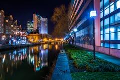 Construções que refletem na água na noite no porto interno o fotos de stock