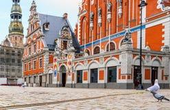 Construções renovadas no centro de Riga velho, Europa imagens de stock royalty free