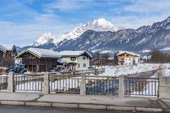 Construções residenciais ao longo do St Johann do passeio de Redford em Tirol fotos de stock
