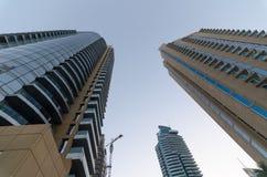 Construções residenciais das torres do porto de Dubai disparadas de baixo de Foto de Stock Royalty Free