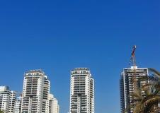 Construções residenciais do arranha-céus sob a construção A sagacidade do local Fotografia de Stock