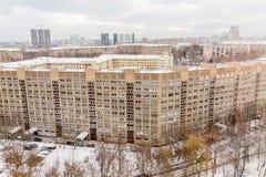 construções residenciais do Multi-andar na cidade Paisagem urbana Dia nebuloso do inverno imagem de stock royalty free