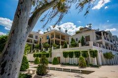 Construções residenciais luxuosas da margem em Tivat fotografia de stock