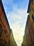 Construções, rua, luz e céu coloridos fotografia de stock