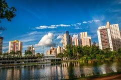 Construções sob o céu azul fotos de stock royalty free