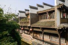Construções tradicionais chinesas ao longo do riacho no meio-dia ensolarado Imagem de Stock Royalty Free