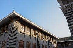 Construções tradicionais chinesas de Archaised no céu ensolarado da tarde Imagens de Stock