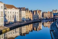 Construções velhas ao longo de Korenlei e o rio Leie em Ghent Fotos de Stock