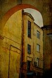 Construções velhas com arco ilustração stock