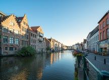 Construções velhas com o canal em Ghent, Bélgica fotografia de stock