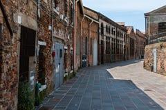 Construções velhas da fundição exteriores na ilha da rua de Murano perto de Veneza Fotos de Stock