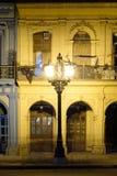 Construções velhas em Havana do centro iluminado na noite foto de stock royalty free