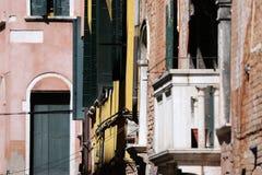 Construções velhas em Veneza, Itália, detalhes urbanos imagens de stock