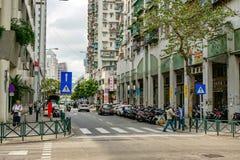 Construções velhas na rua de Macau, com povos fotos de stock royalty free