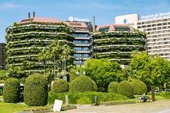 Construções verdes modernas com ajardinar em balcões em Barcelona foto de stock