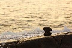 Construído da estátua de pedra do inukshuk na costa de mar imagens de stock royalty free