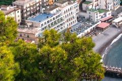 Constru??es da ?gua do mar e do hotel na praia em Sorrento, ba?a do meta, It?lia imagem de stock