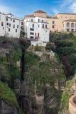 Constru??es residenciais na cidade espanhola de Ronda Casas acima do desfiladeiro do EL Tejo Cidade sobre o abismo foto de stock