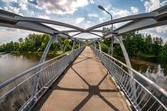 Constru??o da arma??o de a?o do ferro da ponte pedestre atrav?s do rio Grande ?ngulo vista fotos de stock