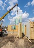 Constru??o da casa modular nova e moderna fotos de stock