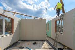Constru??o da casa modular nova e moderna foto de stock royalty free