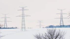 Constru??o de pil?es de alta tens?o no inverno A linha de transmissão de energia montada apoia video estoque