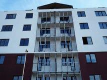 Constru??o de um edif?cio de apartamento Constru??o do alojamento moderno para povos diferentes detalhes fotografia de stock